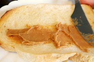 ピーナッツバターをパンに塗る