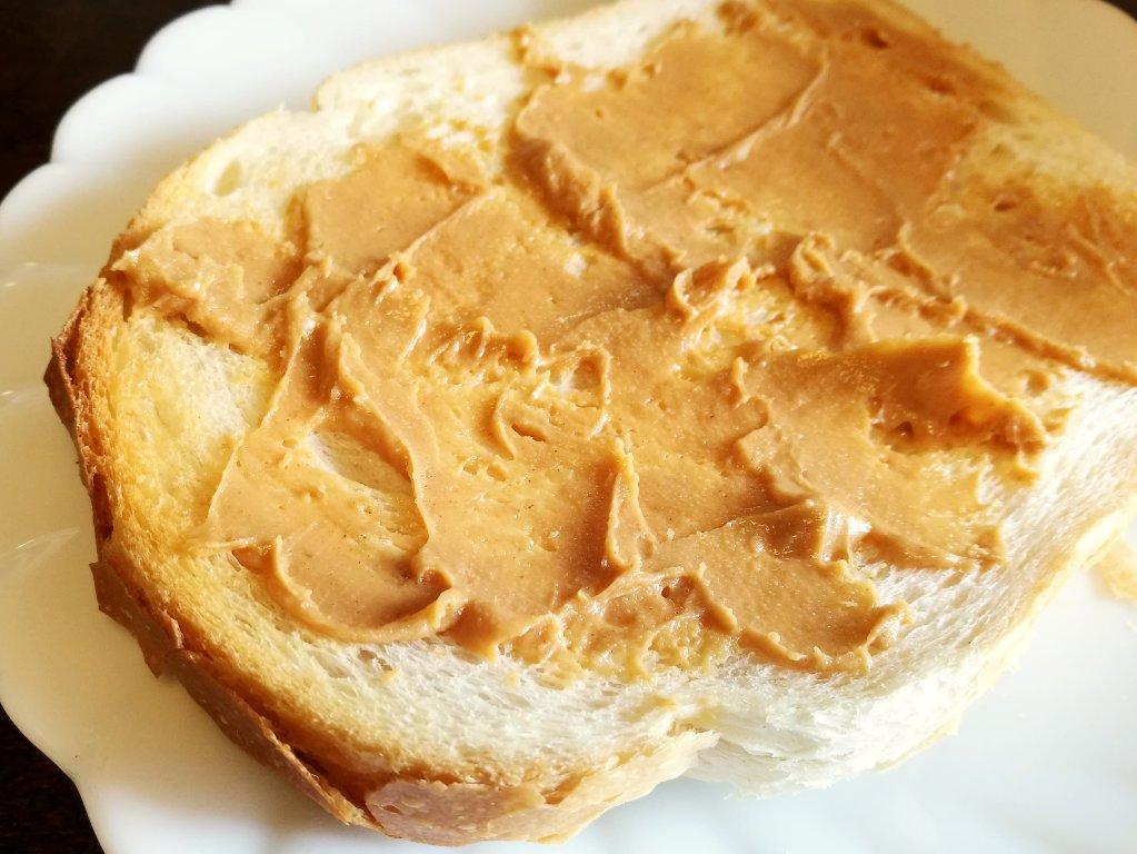 ピーナッツバターをパンの全面に塗る