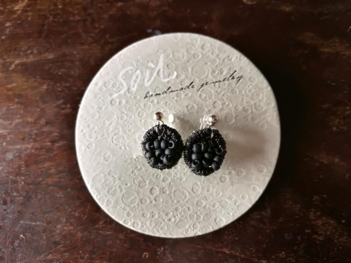 soil 黒い刺繍のイヤリング