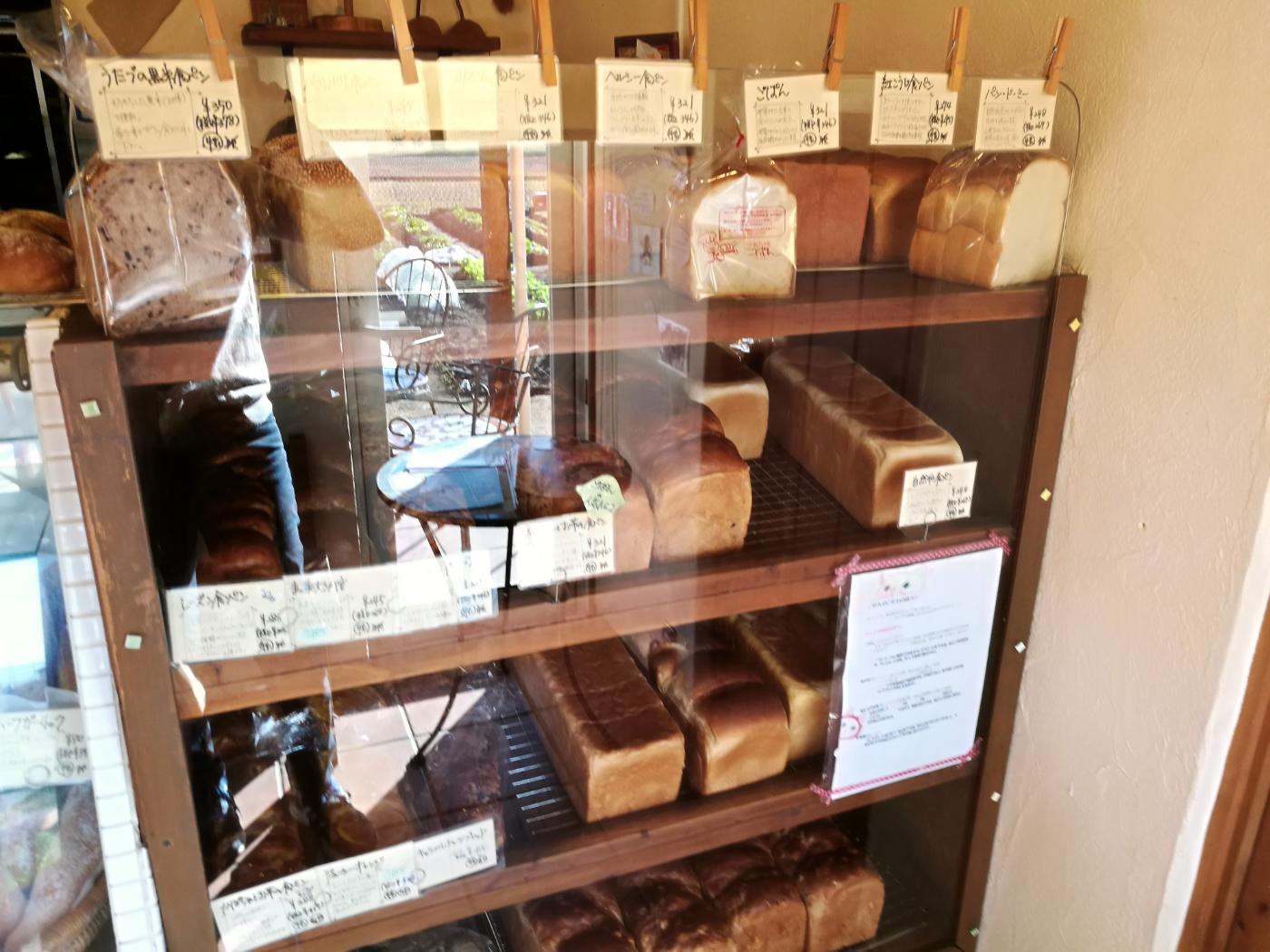 元気パン工房ごぱんのいろいろな種類の食パンが並んでいる。