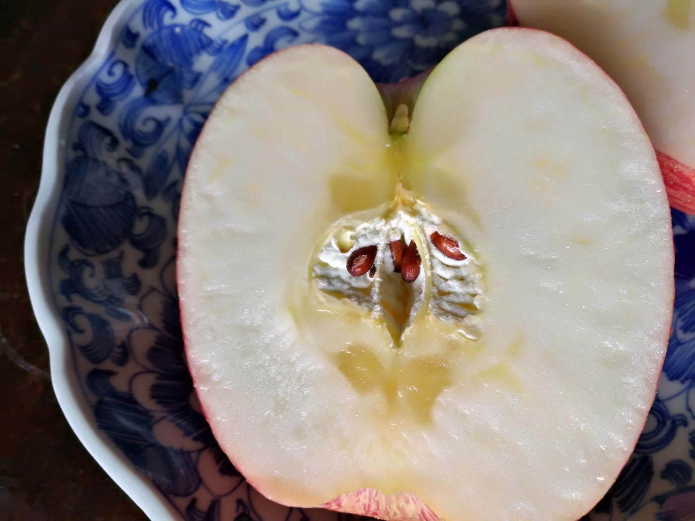 コープ自然派青森県産 津軽産直組合のりんご半分に切った状態