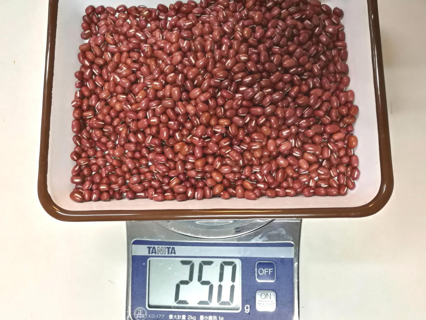 十勝の小豆 250g量っているところ