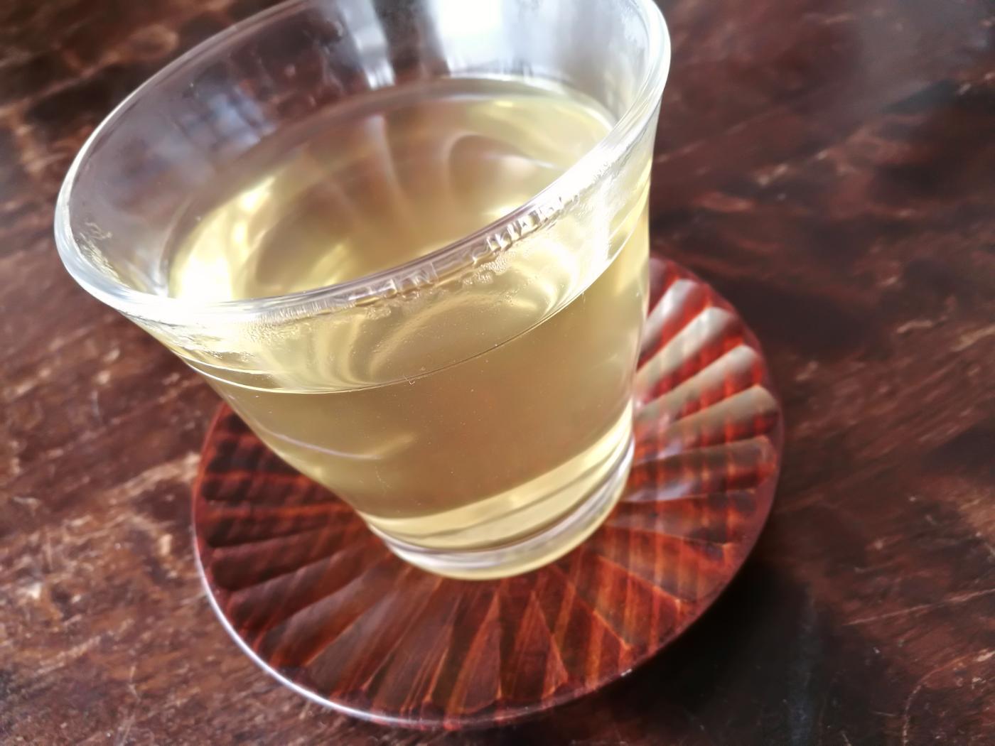 西製茶所レモングラス&ジンジャーをコップに淹れたところ