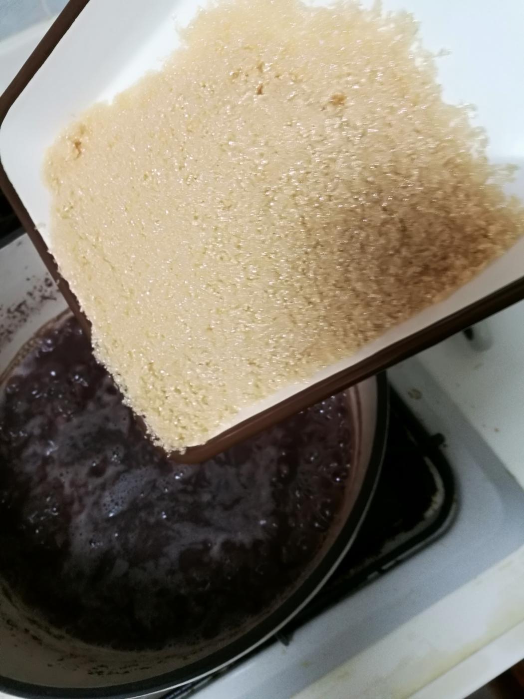 小豆に砂糖を入れる