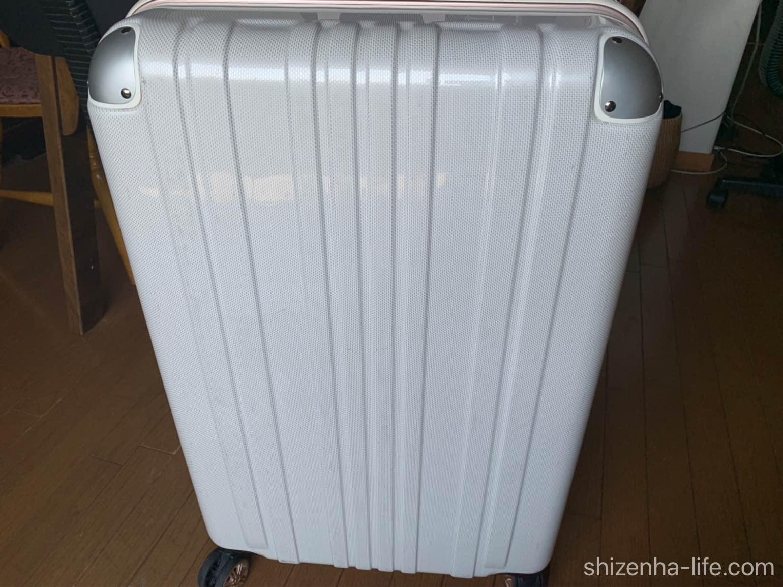 メラミンスポンジで汚れを取った後の白いスーツケース
