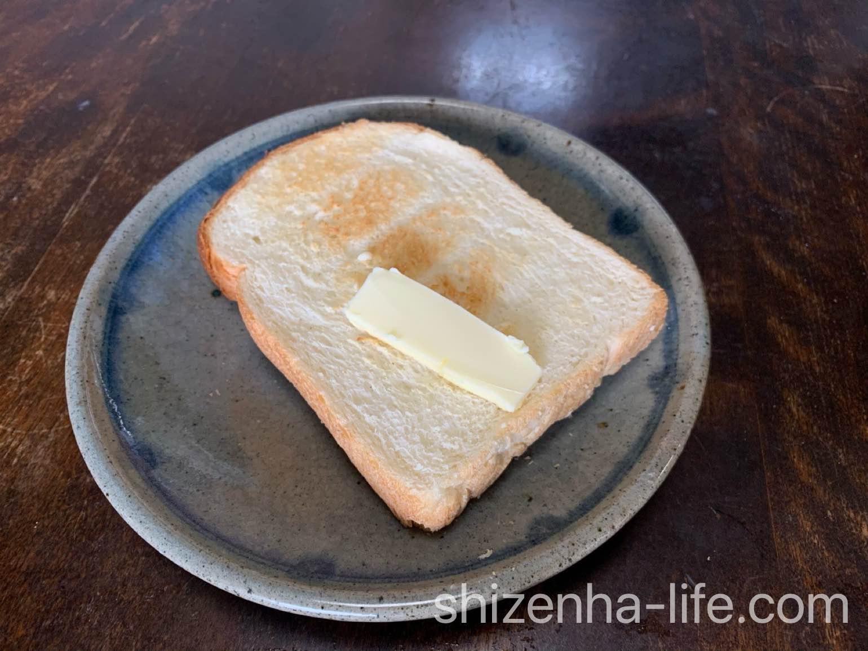 自然派Styleコウノトリの未来5枚切りによつ葉バターをのせたところ