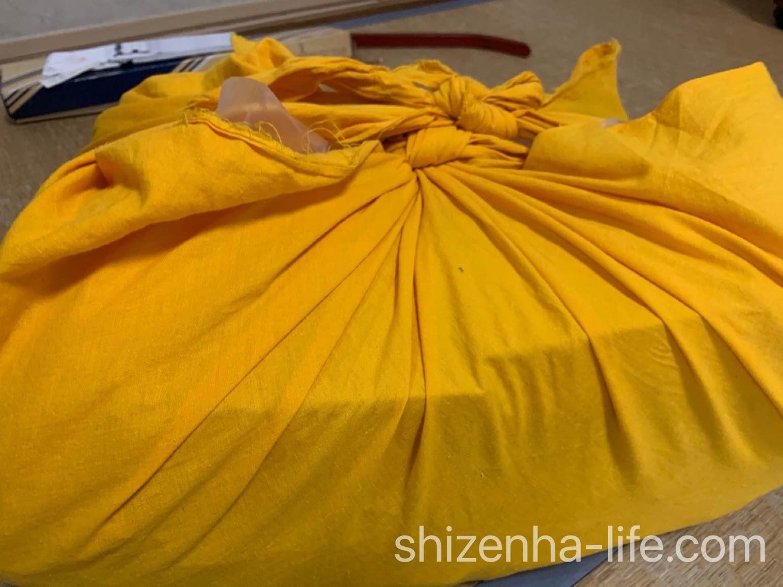 バイセルの査定員の黄色い風呂敷包み